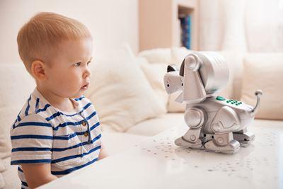 Roboter Hund sieht Kleinkind an