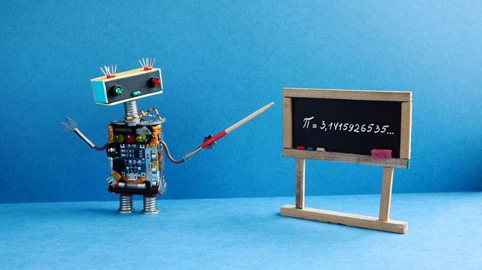 Lernroboter zeigt auf Tafel