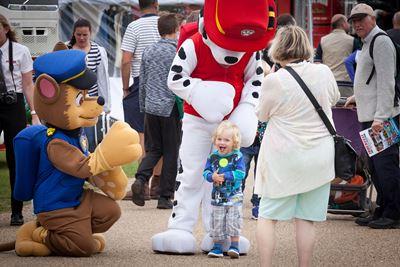 Kleinkind wird von verkleideten Pa Patrol Figuren angesprochen