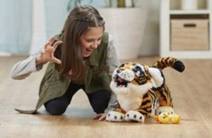 Mädchen spielt mit dem Plüschtier Tyler der Königstiger