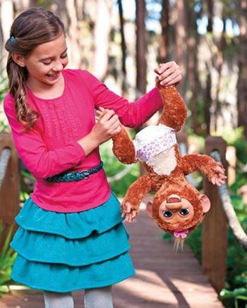 FurReal Friends Affe hängt kopfüber an Händen von Mädchen