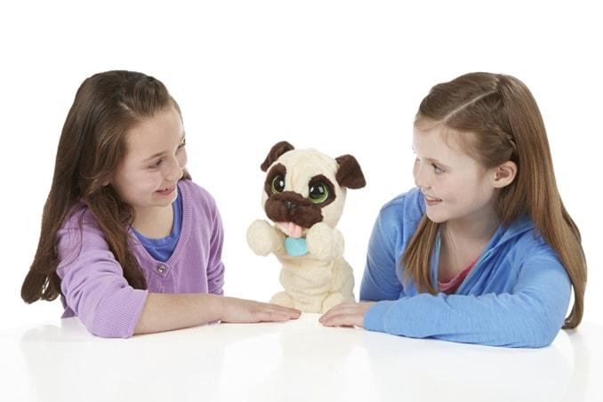 FurReal Friends Mops spielt mit 2 Mädchen