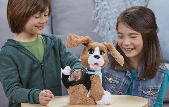 Benni der sprechende Beagle spielt mit 2 Kindern